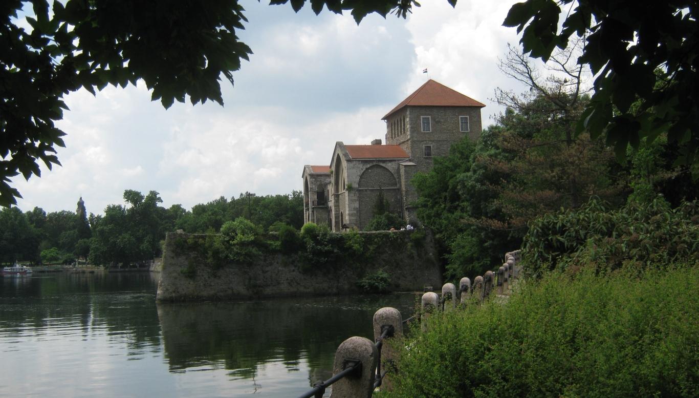 die Stadt und die Burg von Tata - entlang des Marienweges